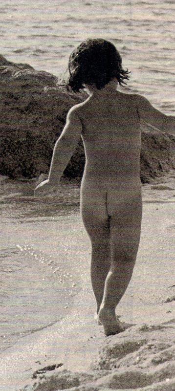 2013-08-04- El País Semanal- Niños desnudos en la playa 1