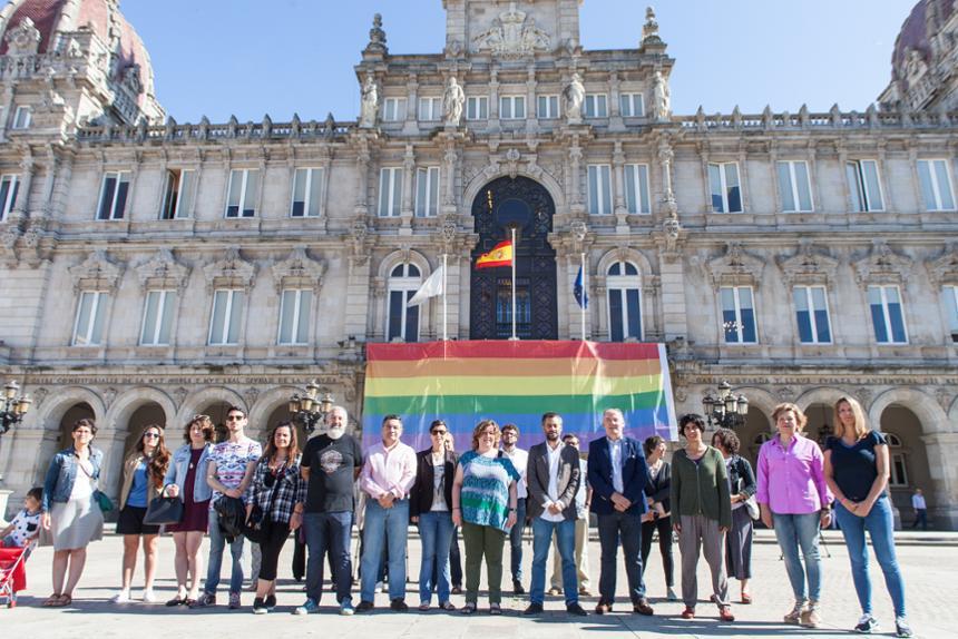 Xulio Ferreiro ante la Bandera del Orgullo LGTBIQ - Ayuntamiento de Coruña